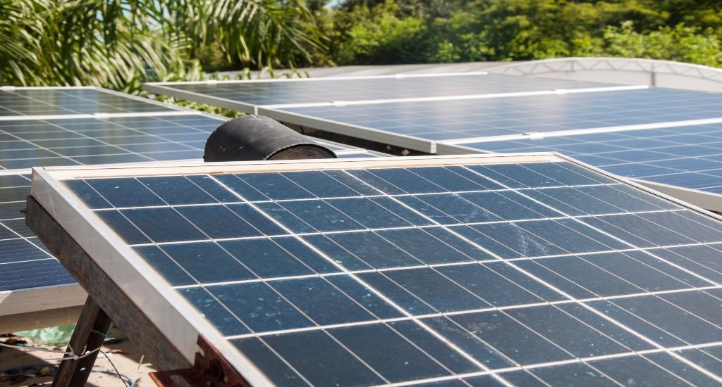Painéis fotovoltaicos no Campus do Pici, da Universidade Federal do Ceará