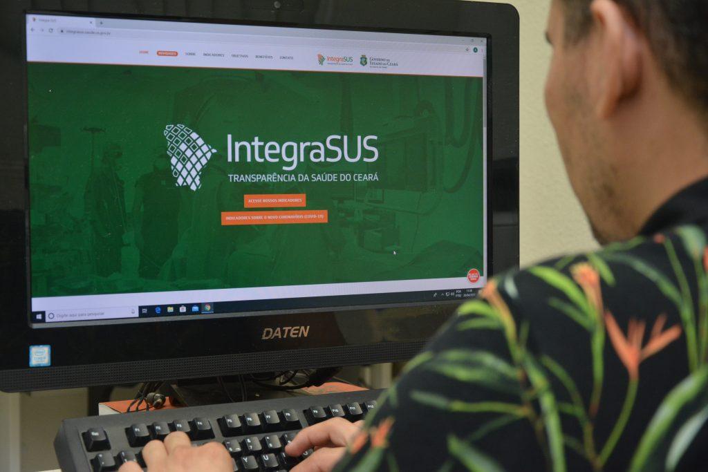 Foto mostra um pessoa acessando o site da plataforma IntegraSUS.